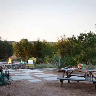 Esempio di un giardino country con un focolare e ghiaia