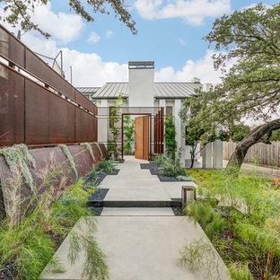 オースティンのコンテンポラリースタイルのおしゃれな前庭 (庭への小道、コンクリート敷き) の写真
