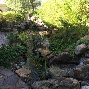Foto di un grande laghetto da giardino mediterraneo esposto a mezz'ombra dietro casa
