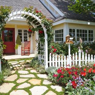 Diseño de jardín parterre de flores, tradicional, en patio delantero, con adoquines de piedra natural
