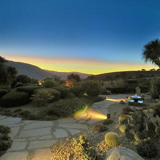 Geometrischer, Großer Mediterraner Garten hinter dem Haus mit direkter Sonneneinstrahlung, Natursteinplatten und Wüstengarten in Sonstige