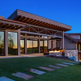 Großer Moderner Garten hinter dem Haus mit Kamin und Natursteinplatten in Salt Lake City