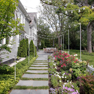 Inspiration for a traditional side yard landscaping in Chicago.