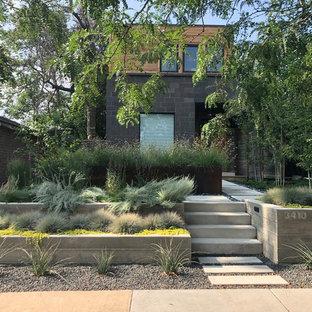 Immagine di un giardino contemporaneo davanti casa con un muro di contenimento