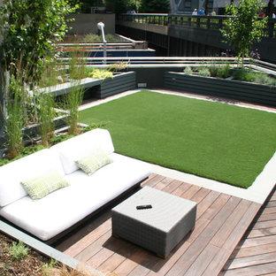Idee per un grande giardino moderno esposto in pieno sole sul tetto in autunno con pavimentazioni in pietra naturale