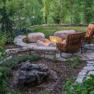 Foto de jardín de secano, tradicional, grande, en invierno, en patio trasero, con brasero, adoquines de piedra natural y exposición parcial al sol