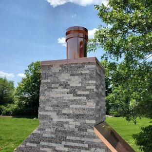 Kleiner Moderner Garten hinter dem Haus mit Kamin, direkter Sonneneinstrahlung und Granitsplitt in Boston