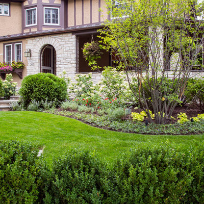 Design ideas for a traditional front yard landscaping in Chicago.