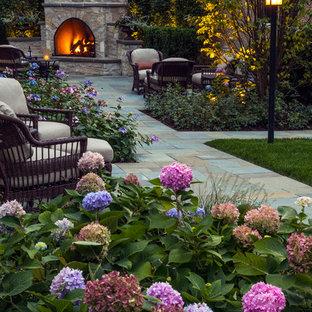 Неиссякаемый источник вдохновения для домашнего уюта: большой геометрический участок и сад на заднем дворе в классическом стиле с покрытием из каменной брусчатки, полуденной тенью и уличным камином