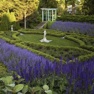 Immagine di un grande giardino classico dietro casa