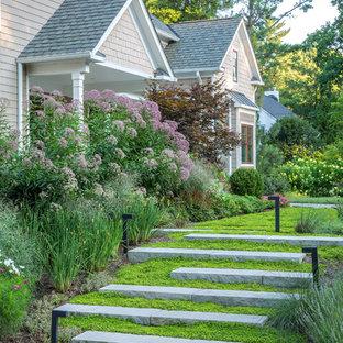 Imagen de camino de jardín francés, clásico, en patio delantero, con exposición total al sol