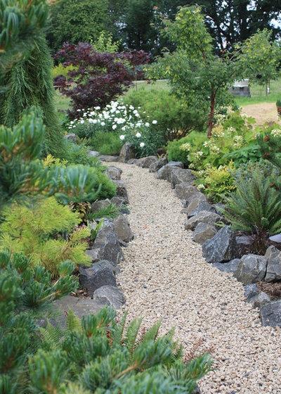 American Traditional Garden by Fifth Season Landscape Design & Construction