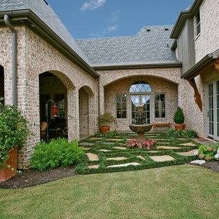 Idées déco pour un jardin sur cour classique de taille moyenne et l'été avec des pavés en pierre naturelle, une entrée ou une allée de jardin et une exposition partiellement ombragée.