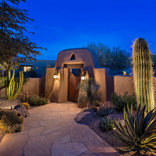 Photo of a southwestern front yard landscaping in Phoenix.