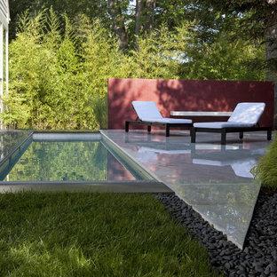 Cette photo montre un petit jardin arrière chic l'été avec un point d'eau, une exposition partiellement ombragée et des pavés en pierre naturelle.