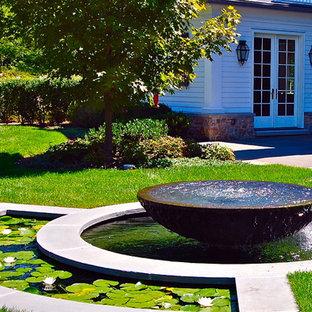 Klassischer Garten mit Wasserspiel in New York