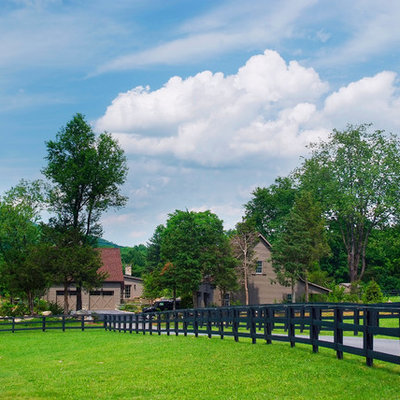 Photo of a farmhouse front yard driveway in Philadelphia.