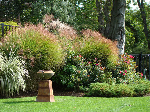 American Traditional Garden by Johnsen Landscapes & Pools