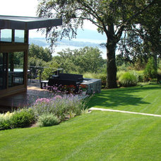 Modern Landscape by Johnsen Landscapes & Pools