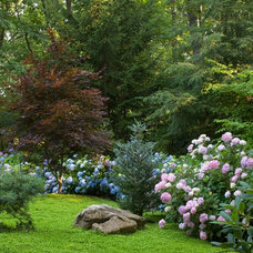 Eclectic Landscape by Smalls Landscaping