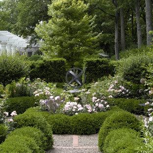 シカゴの夏の、中サイズのトラディショナルスタイルのおしゃれな庭 (砂利舗装、半日向) の写真