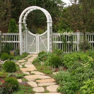Großer Klassischer Garten hinter dem Haus mit Gartenweg, direkter Sonneneinstrahlung und Natursteinplatten in Orange County