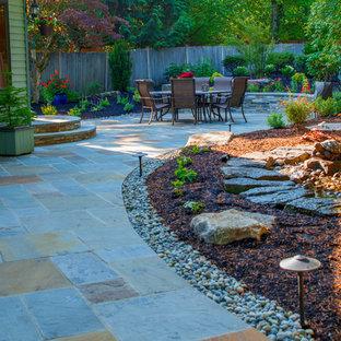 シアトルの中サイズのラスティックスタイルのおしゃれな裏庭 (庭への小道、天然石敷き) の写真