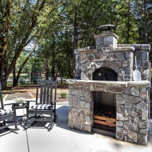 Geräumiger Landhaus Garten hinter dem Haus mit Kamin und direkter Sonneneinstrahlung in Sacramento