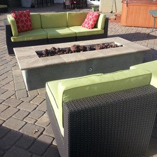 Idee per un grande giardino xeriscape minimalista esposto in pieno sole dietro casa in inverno con un focolare e pavimentazioni in cemento