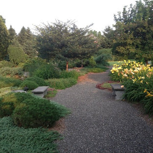 Inspiration for a mid-sized traditional backyard gravel landscaping in Boston.