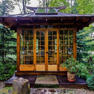 Cette image montre un jardin arrière asiatique de taille moyenne avec une exposition partiellement ombragée et du gravier.