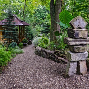Esempio di un giardino etnico esposto a mezz'ombra di medie dimensioni e dietro casa con ghiaia