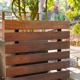 Esempio di un giardino minimal dietro casa con pavimentazioni in cemento