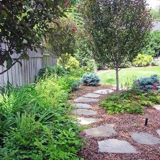 Immagine di un giardino chic dietro casa con pavimentazioni in pietra naturale