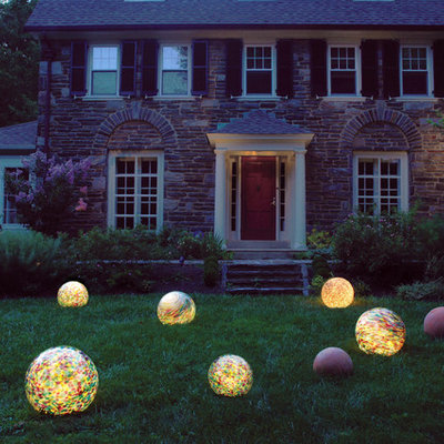 Design ideas for a traditional front yard landscaping in Philadelphia.