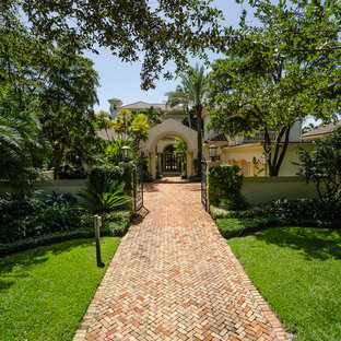 This is an example of a tropical courtyard landscaping in Miami.