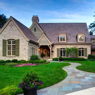 Стильный дизайн: большой участок и сад на переднем дворе в классическом стиле с покрытием из каменной брусчатки и полуденной тенью - последний тренд
