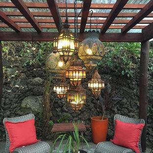 Immagine di un giardino tropicale in ombra di medie dimensioni e dietro casa in primavera con pavimentazioni in cemento