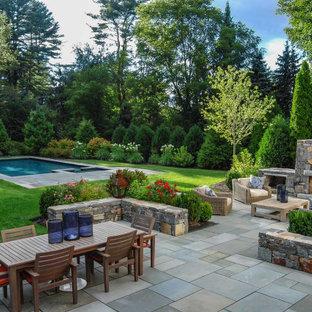 Geometrischer, Geräumiger, Halbschattiger Klassischer Garten im Sommer, hinter dem Haus mit Kamin und Betonplatten in Denver