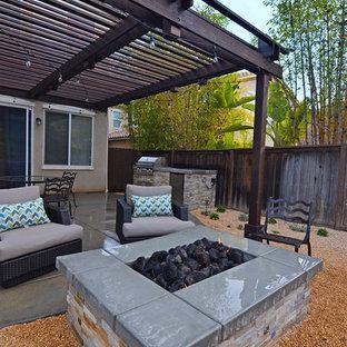 Kleiner, Halbschattiger Moderner Kiesgarten im Sommer, hinter dem Haus mit Kamin in San Diego