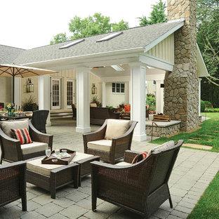 Inspiration pour un très grand jardin arrière traditionnel l'automne avec un foyer extérieur, une exposition ensoleillée et des pavés en brique.