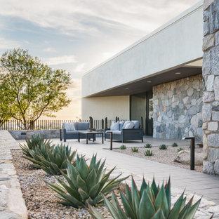 Réalisation d'un jardin arrière minimaliste de taille moyenne avec une exposition ensoleillée et des pavés en béton.