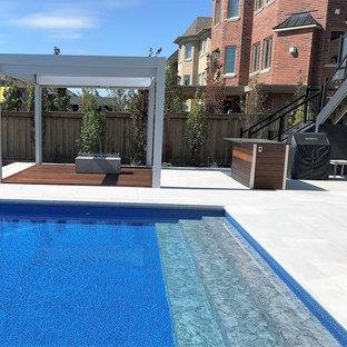 Mittelgroßer Moderner Garten im Sommer, hinter dem Haus mit Kamin, direkter Sonneneinstrahlung und Natursteinplatten in Toronto