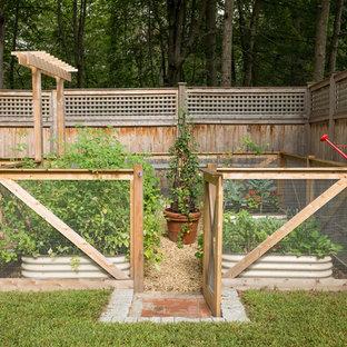 На фото: огороды на участке на заднем дворе в стиле кантри