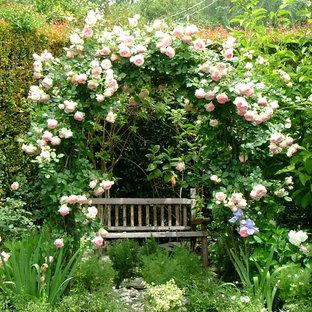 Diseño de jardín romántico, en verano, en patio trasero