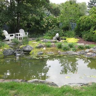 Inspiration för stora rustika trädgårdar, med en fontän