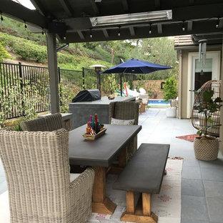 Ispirazione per un grande giardino classico in ombra in cortile