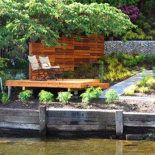 Kleiner, Halbschattiger Moderner Garten neben dem Haus mit Gartenmauer und Natursteinplatten in Seattle