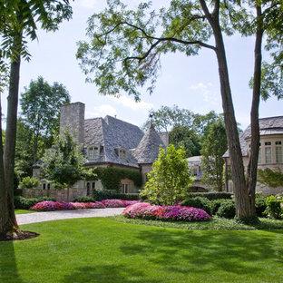 Klassischer Vorgarten mit Auffahrt in Chicago