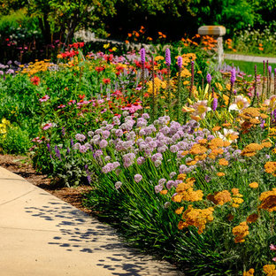 Inspiration for a large traditional front yard concrete paver driveway in Milwaukee.